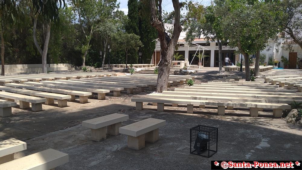 Innenhof der Kirche für Gottesdienste unter freiem Himmel in Santa Ponsa