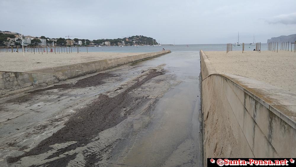 Santa Ponsa - Torrent, teilt den Strand in zwei Abschnitte