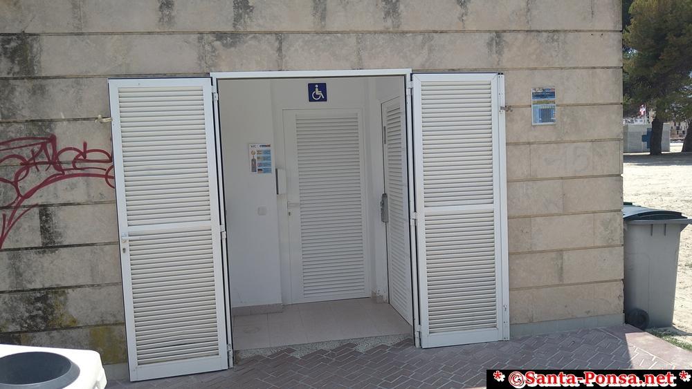 Toiletten (Münzeinwurf) befinden sich in jeder der drei Strandbars (Chiringuito)